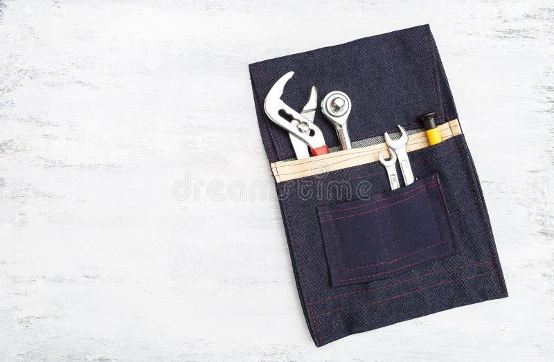 Maleta de ferramentas simples do bolso da tela de DIY com a ferramenta do reparo com espaço no fundo branco da textura foto de stock royalty free
