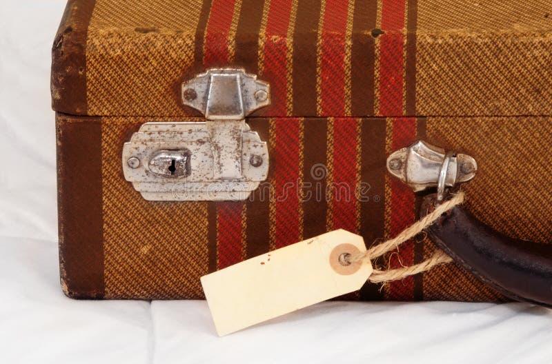 Maleta de la vendimia con la etiqueta en blanco fotografía de archivo libre de regalías