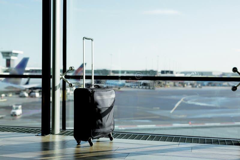Maleta del bulto de mano en aeropuerto foto de archivo libre de regalías
