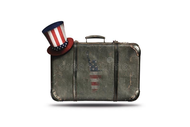 Maleta del cuero del vintage del viaje con el sombrero del tío Sam y bandera americana en la forma de la estatua de la libertad F foto de archivo