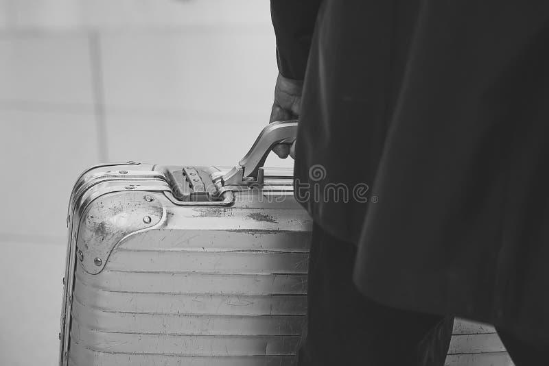 Maleta del viaje Hombre que lleva la maleta metálica de la seguridad fotos de archivo libres de regalías