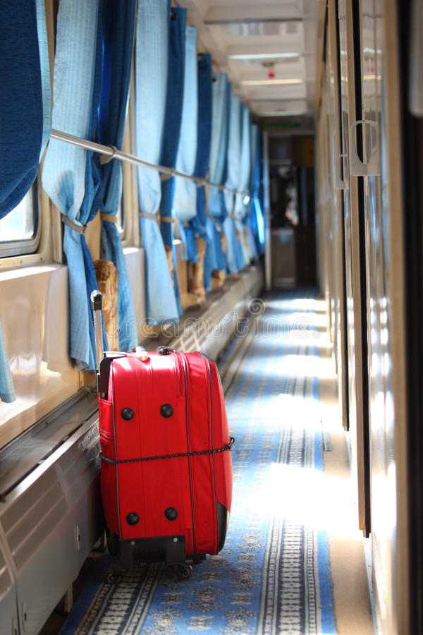 Maleta en pasillo del carro ferroviario foto de archivo
