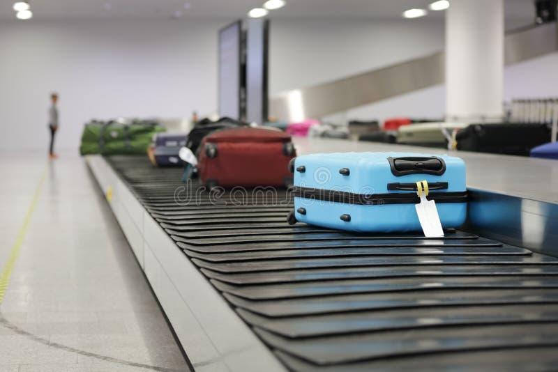 Maleta o equipaje en la banda transportadora en el aeropuerto fotografía de archivo