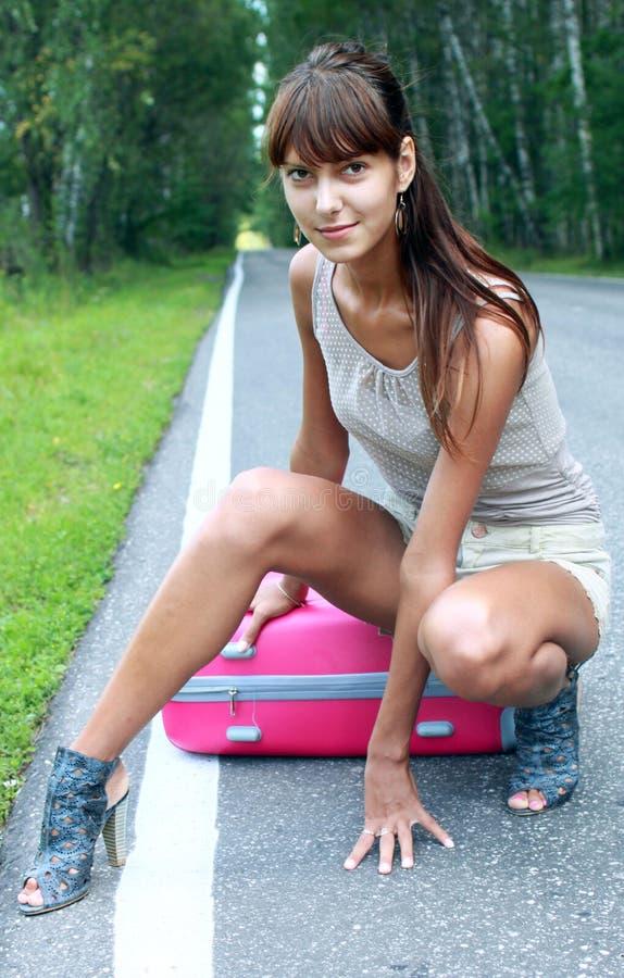 Maleta rosada en viajes imagen de archivo libre de regalías