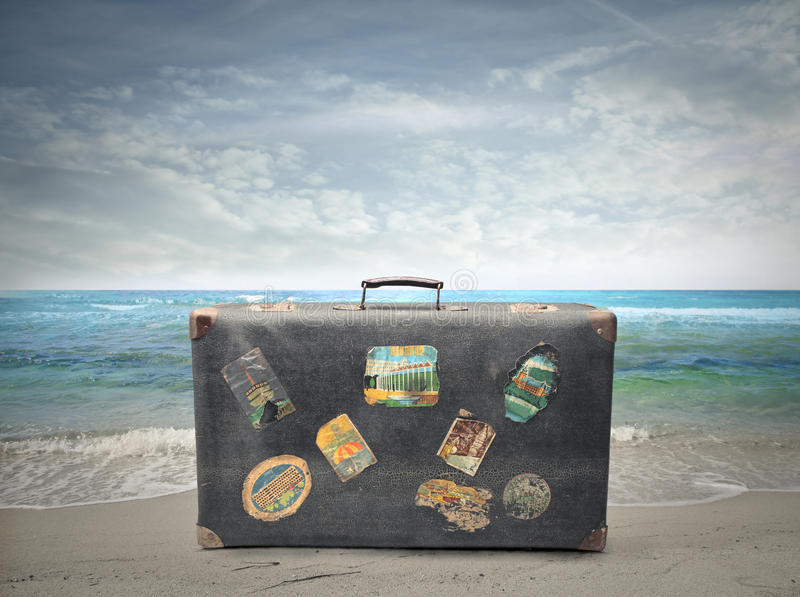 Maleta vieja cerca del lado de mar imágenes de archivo libres de regalías