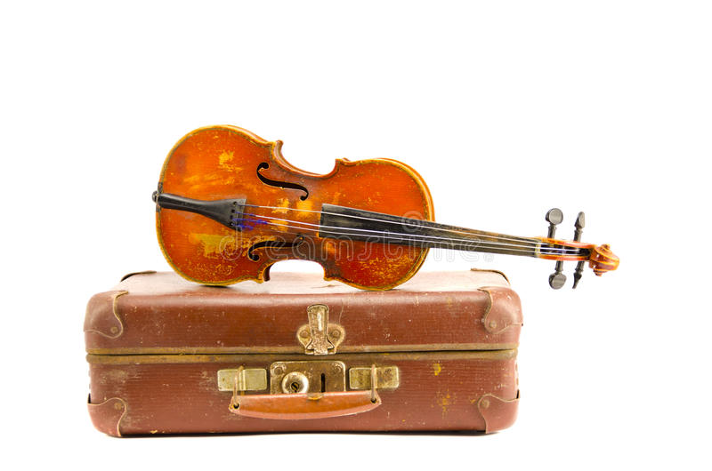 Maleta vieja y violín envejecidos del vintage aislado en blanco imágenes de archivo libres de regalías