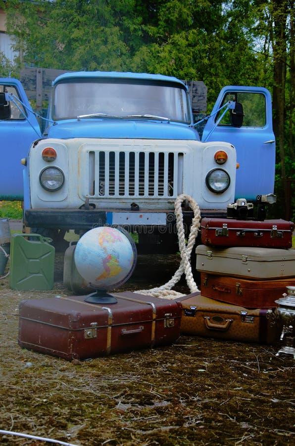 Maletas del vintage con el globo, con el camión volquete imágenes de archivo libres de regalías