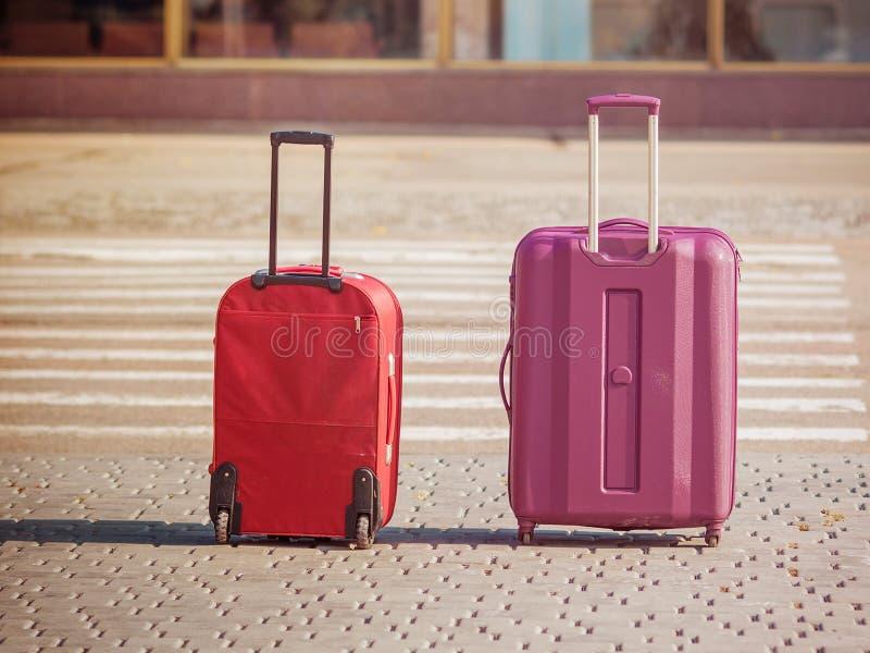 Maletas plásticas del viaje en el pasillo del aeropuerto foto de archivo libre de regalías
