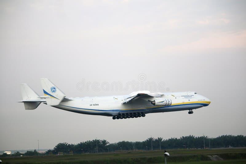 Malezja, 2016 - handlowy samolot na opodatkowywać dla lądować przy Kuala Lumpur lotniskiem międzynarodowym zdjęcie royalty free