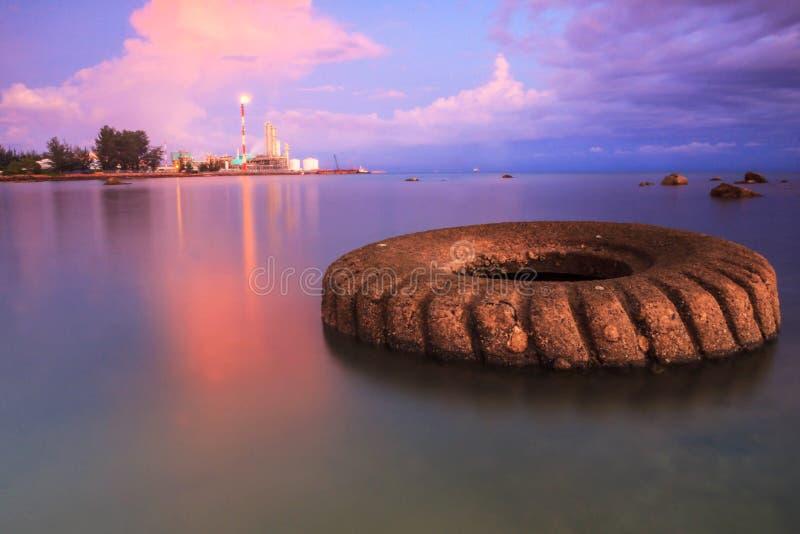Malezja Zmierzch przy Petronas metanolem Labuan fotografia royalty free