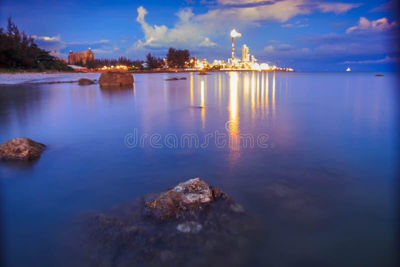 Malezja Zmierzch przy Petronas metanolem Labuan zdjęcie royalty free