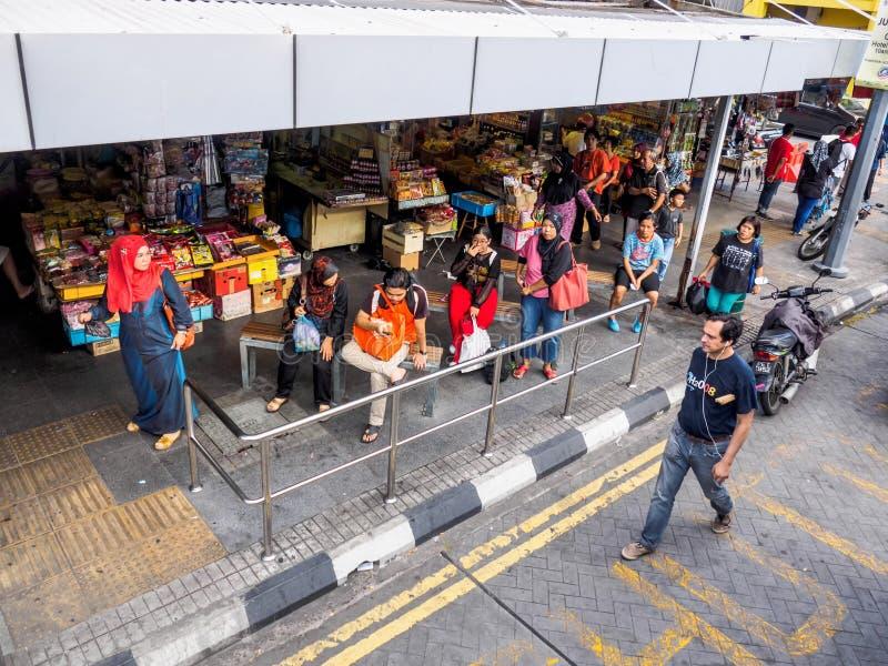 Malezyjscy pasażery czeka autobusy obrazy royalty free