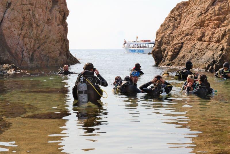 Malgrat de Fördärva, Catalonia, Spanien, Augusti 2018 En grupp av dykare förbereder sig att dyka in i medelhavet arkivfoto