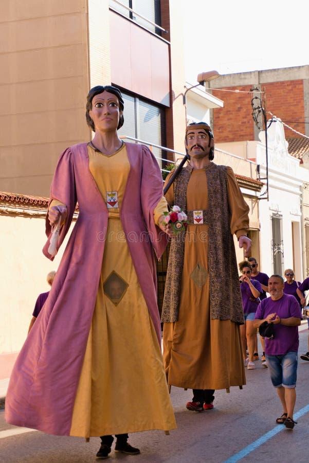 Malgrat de Fördärva, Catalonia, Spanien, Augusti 2018 Karnevaldiagram i gula och röda färger royaltyfri bild