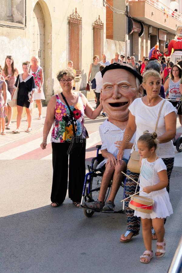 Malgrat de Fördärva, Spanien, Augusti 2018 Dockafestivalen i en liten stad, folk med handikapp gälls också arkivfoton