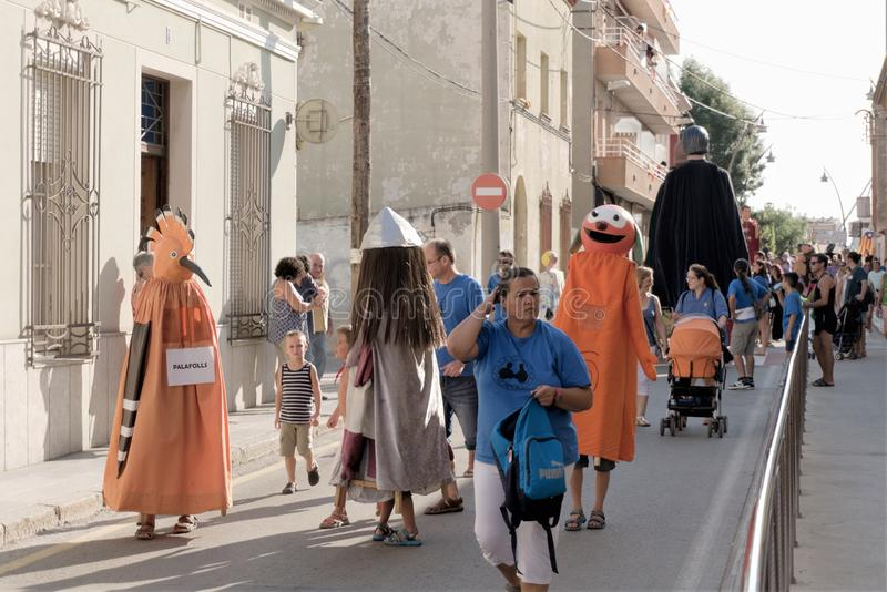 Malgrat de março, Espanha, em agosto de 2018 Figuras fabulosas que descrevem vários vícios na procissão do festival em uma rua da imagem de stock