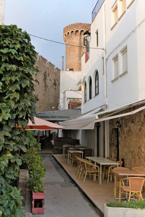 Malgrat de mar?o, Espanha, em agosto de 2018 Café da rua nas paredes da fortaleza no amanhecer fotografia de stock royalty free
