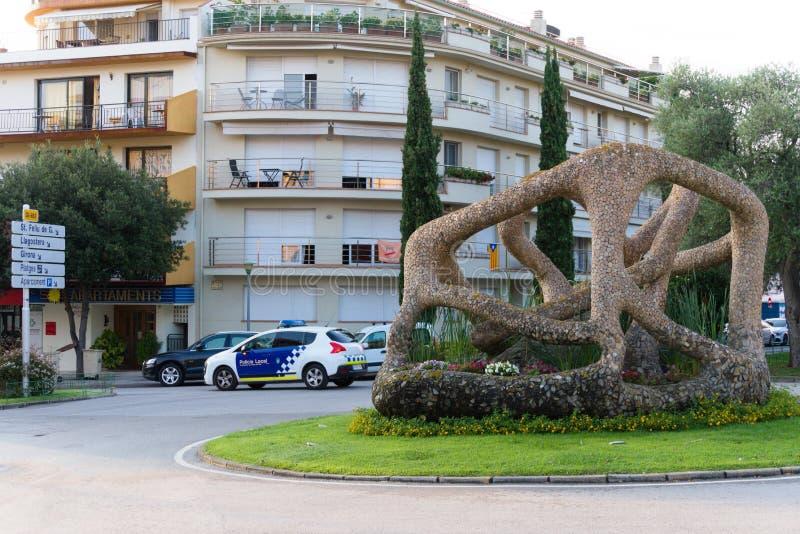 Malgrat DE Mar, Spanje, Augustus 2018 Het centrale vierkant van de stad met een abstract beeldhouwwerk royalty-vrije stock foto