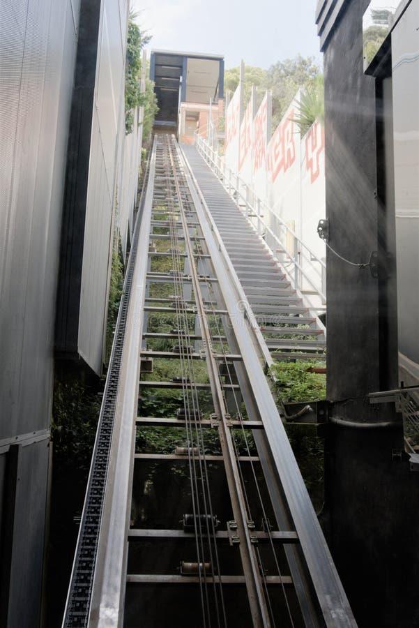 Malgrat de marcha, España, agosto de 2018 Carriles del mecanismo de elevación del funicular en el parque de la ciudad foto de archivo