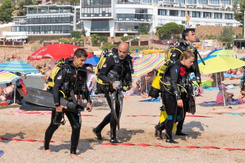 Malgrat de marzo, Catalogna, Spagna, agosto 2018 Un gruppo di ritorni stanchi stessi degli operatori subacquei dopo l'immersione immagine stock