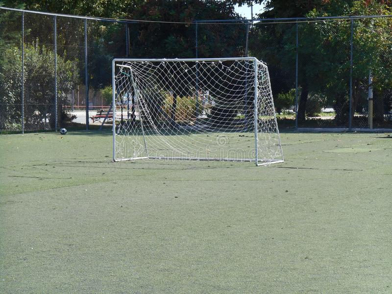 Malha da bola no meio da terra de futebol fotos de stock