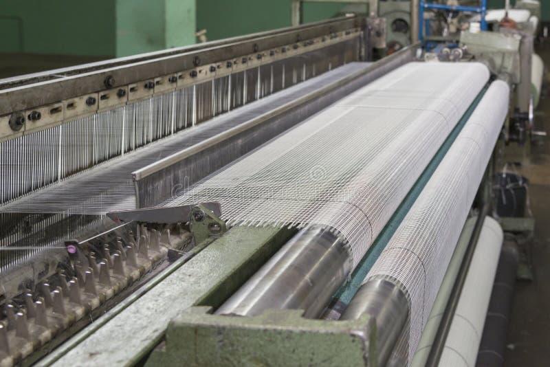 Malha da fibra de vidro que faz a máquina, materiais de construção para a isolação da parede foto de stock