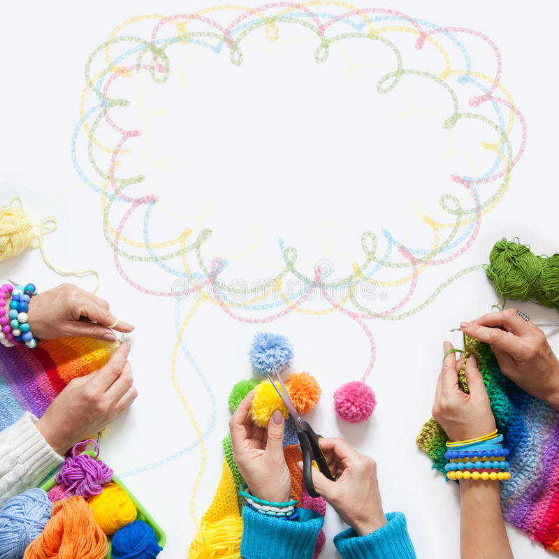 A malha das mulheres e faz crochê a tela colorida Vista de acima fotografia de stock royalty free