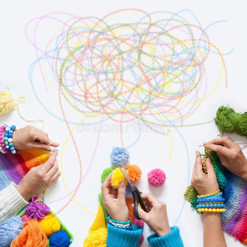A malha das mulheres e faz crochê a tela colorida Vista de acima imagens de stock