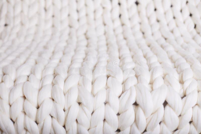 malha grande da manta branca cobertura feita malha trança da textura foto de stock
