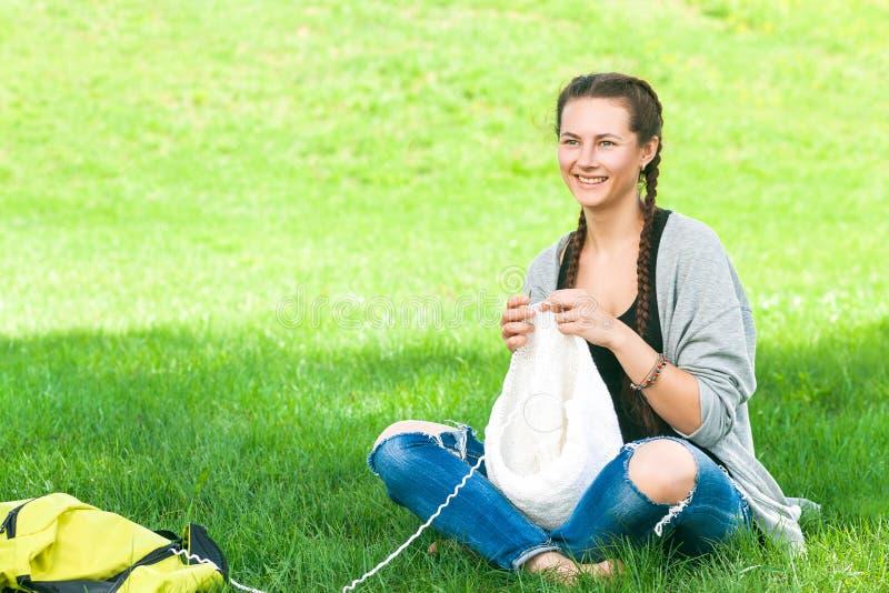 Malhas da jovem mulher foto de stock royalty free