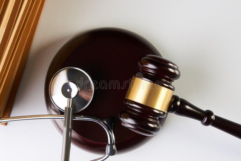 Malho da lei ou martelo do juiz e estetoscópio médico imagens de stock