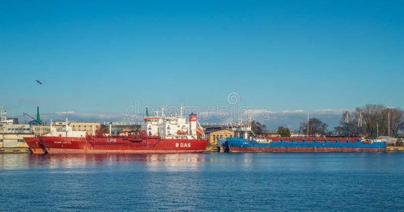 Mali ładunków statki w schronieniu obraz stock