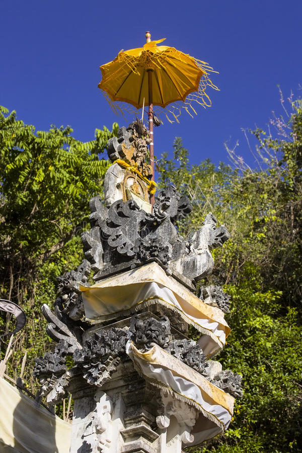 Mali świątynia duchy z żółtym parasol na dobre, Nusa Penida, Indonezja fotografia stock