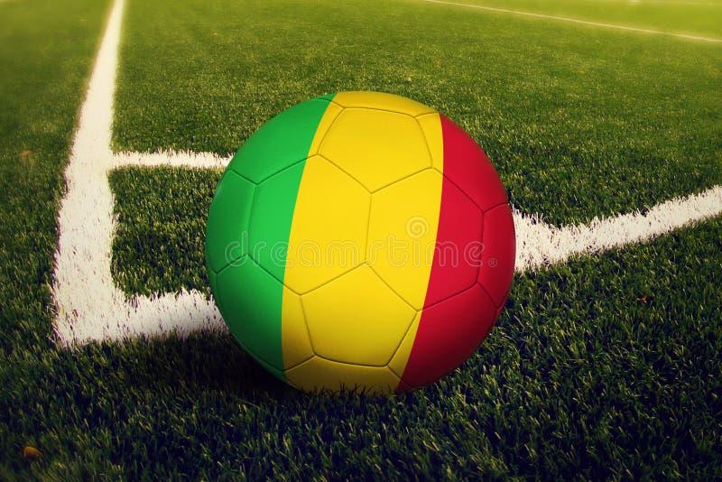 Mali-Ball auf Ecktrittposition, Fu?ballplatzhintergrund Nationales Fu?ballthema auf gr?nem Gras lizenzfreie stockfotos