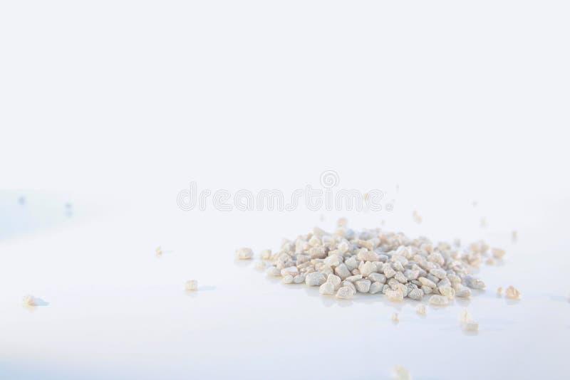 Mali biel kamienie w Małym stosie Odizolowywającym zdjęcie stock