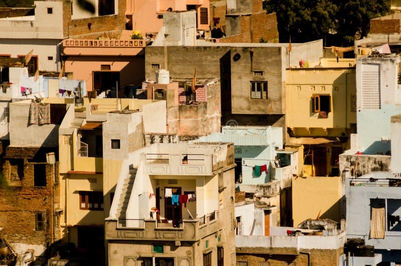 Mali chaotyczni domy budowali z tarasami i balkonami w zatłoczonym mieście Udiapur ind zdjęcie stock