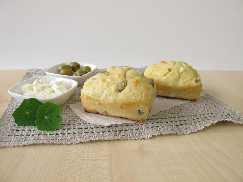 Mali chleby z oliwkami i feta serem obrazy royalty free