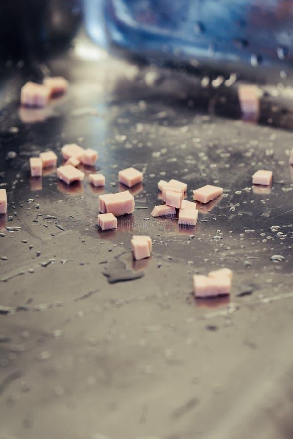 Mali Cutted baleronu kawałki w Stalowym pucharze obraz stock