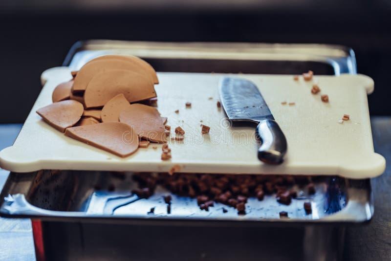 Mali Cutted baleronu kawałki w Stalowym pucharze zdjęcia stock