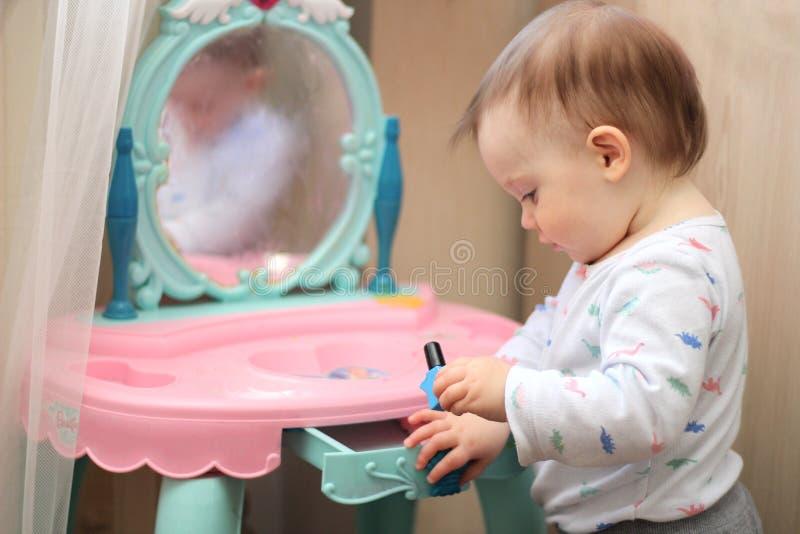 mali dzieci bawią się przed bawją się lustro w pepinierze zdjęcia stock