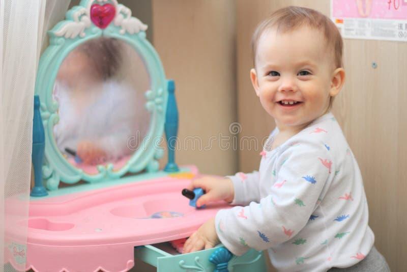 mali dzieci bawią się przed bawją się lustro w pepinierze obrazy royalty free