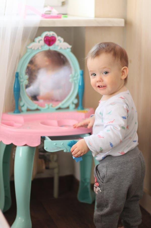 mali dzieci bawią się przed bawją się lustro w pepinierze obrazy stock