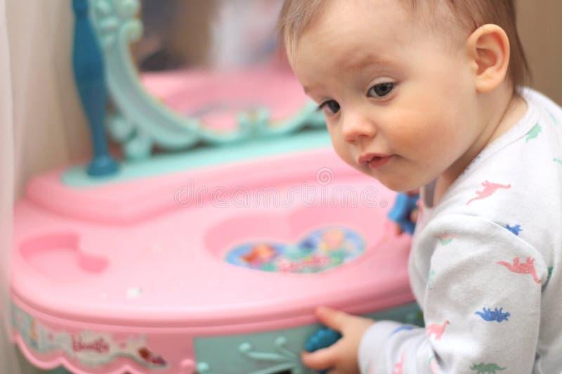mali dzieci bawią się przed bawją się lustro w pepinierze zdjęcie royalty free