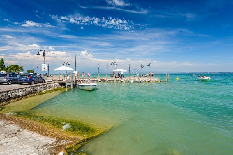 Mali jachty w schronieniu w Desenzano, Garda jezioro, Włochy obrazy royalty free