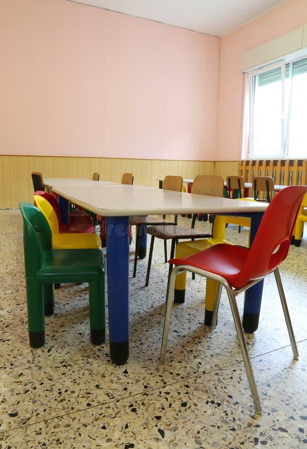 Mali krzesła i stoły wśrodku szkolnej sali lekcyjnej bez childr zdjęcia stock