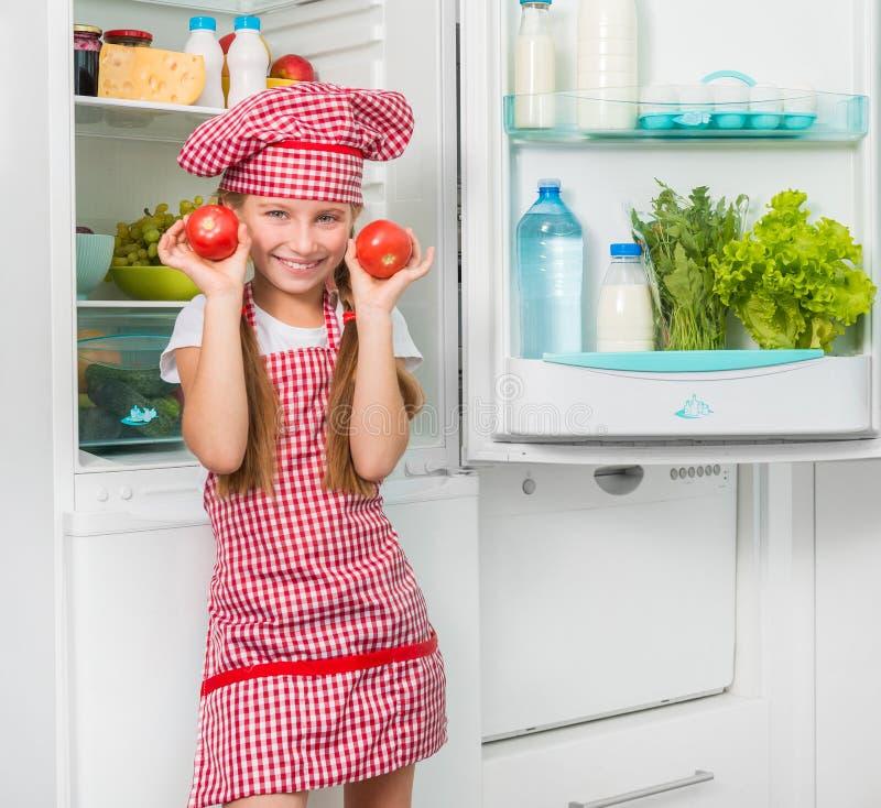 Mali kucbarscy dziewczyny holdin pomidory jak oczy fotografia stock