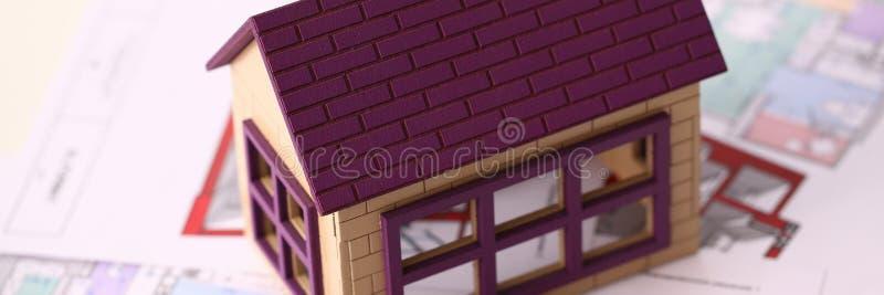 Mali miniatura domu stojaki na rysunku zdjęcie stock