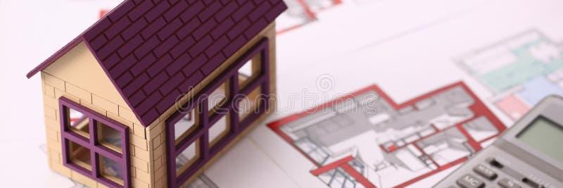 Mali miniatura domu stojaki na rysunku fotografia royalty free