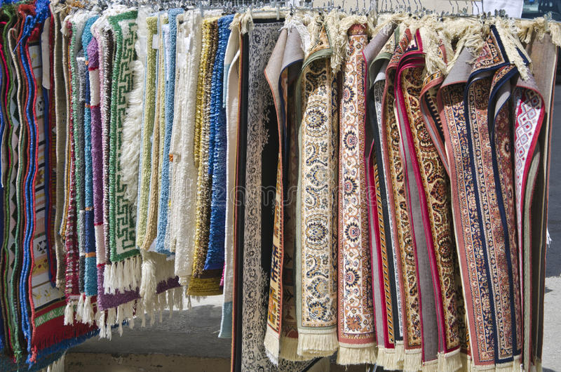 Mali różnorodni dywany w rynku, Grecja zdjęcia stock