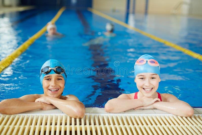 Mali sportowowie w basenie obraz stock